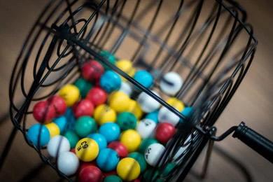Bingo machine with coloured balls